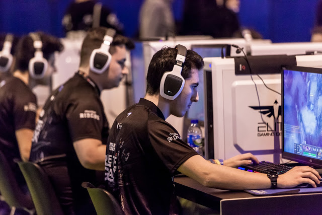 Two Movistar Riders gamers in the middle of a League of Legends game